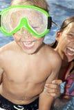 Sre positivo del muchacho y de la muchacha en la piscina Imagen de archivo libre de regalías