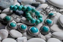 Srebna biżuteria na otoczakach zdjęcia royalty free