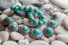 Srebna biżuteria na otoczakach zdjęcie royalty free