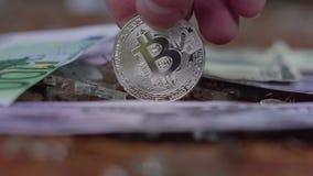 Srebna bitcoin rolka i wiruje na pieniądze tle Dolar, euro zbiory