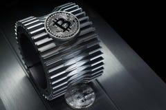 Srebna Bitcoin waluty crypto moneta kłama na gearwheel fotografia stock