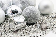 Srebna Bożenarodzeniowa dekoracja, piłki, koraliki, dzwonu zamknięty up odizolowywa Fotografia Royalty Free
