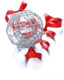 Srebna Bożenarodzeniowa piłka z faborkiem (dekoracja) Obrazy Royalty Free