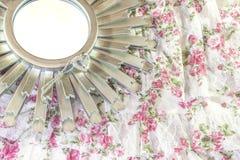 Srebna diamentowa miłości kolia na starburst lustrze i romantyczny vi Fotografia Royalty Free