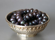 Srebna filiżanka z czarnymi perłami fotografia stock