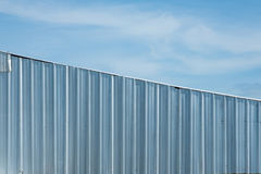 srebna metalu prześcieradła ściana, aluminium gofruje ścianę z niebieskim niebem zdjęcia royalty free
