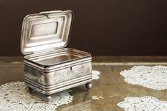 Srebna szkatuła, biżuterii, błyskotki pudełko na retro stole/ Zdjęcia Stock
