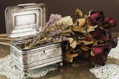 Srebna szkatuła, pudełko z suchymi różami i lawenda, biżuterii, błyskotki/ Zdjęcie Stock