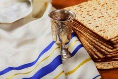 Srebna wino filiżanka z matzah, Żydowscy symbole dla Passover Pesach wakacje obrazy stock