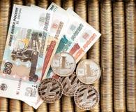 Srebne crypto monety Litecoin LTC, papierowi wyznania Rosyjscy ruble Metal monety kłaść out w gładkim tle each oth Zdjęcia Stock