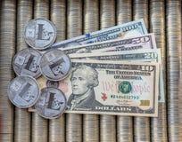 Srebne Crypto monety Litecoin LTC, papierowi wyznanie USA dolary Metal monety kłaść out w gładkim tle each inny, c zdjęcie royalty free