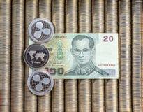 Srebne crypto monety Pluskoczą XRP, papier notatek Tajlandzki baht Metal monety kłaść out w płaskim tle, zakończenie widok od wie Obrazy Stock