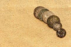 Srebne monety na bieliźnianym tle zdjęcie stock