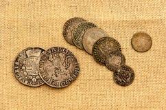 Srebne monety na bieliźnianym tle fotografia stock
