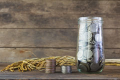 Srebne monety na drewnianym stole Zdjęcia Royalty Free