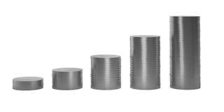 Srebne monety w kolumnach w wstępującym rozkazie odizolowywającym na białym bac ilustracji