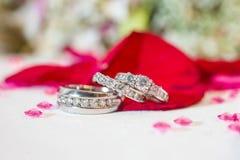 Srebne obrączki ślubne Zdjęcia Royalty Free
