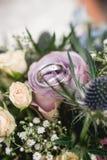 Srebne obrączki ślubne na kwiatu bukiecie Zdjęcie Stock