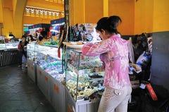 Srebne rzeczy, biżuteria i klejnoty przy Środkowym rynkiem, KAMBODŻA obrazy stock