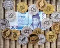Srebne Złociste Crypto monety Ethereum ETH, bitcoin BTC Papier wystawia rachunek koreańczyka Wygrywającego Metal monety kłaść out obrazy royalty free