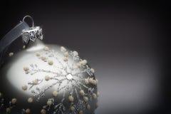 Srebnego drzewa dekoracja na popielatym czernić tło Fotografia Royalty Free