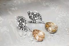 Srebni opadowi kolczyki z rutile quartz-1 Fotografia Royalty Free