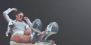 Srebni szpilki buty, mody dziewczyna Pozuje, Miastowy modnisia styl, S?odcy Pastelowi kolory, okulary przeciws?oneczni, drelich i fotografia stock