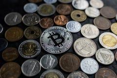 Srebny bincoin z międzynarodowymi pieniądze monetami, nowy waluty amon obrazy stock