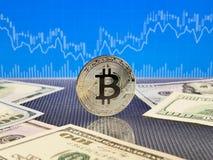 Srebny bitcoin na błękitnym abstrakta finanse tle Bitcoin cryptocurrency Zdjęcia Stock