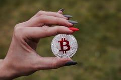 Srebny bitcoin w ręce Zdjęcia Stock