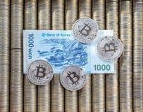 Srebny crypto monety bitcoin BTC, papierowy koreańczyk wygrywający Metal monety kłaść out w gładkim tle each inny, zakończenie wi obrazy stock