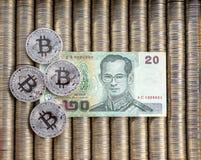 Srebny crypto monety bitcoin BTC, papierowy Tajlandzki baht Metal monety kłaść out w płaskim tle, zakończenie widok od wierzchołk zdjęcia stock