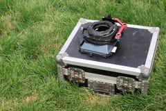 Srebny cyny pudełko na zielonym gazonie Obrazy Royalty Free