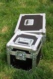 Srebny cyny pudełko na zielonym gazonie Zdjęcia Stock