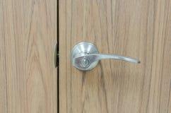 Srebny drzwiowy kędziorek z drewnianą ziemią Obrazy Royalty Free