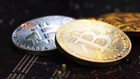 Srebny i złoty Bitcoins kłamstwo na komputerowym planie narzędzia zdjęcie wideo