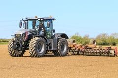 Srebny Jcb fastrac pracuje w polu z rolownikiem Obraz Stock