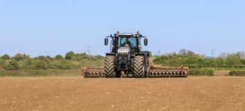 Srebny Jcb fastrac pracuje w polu z rolownikiem Fotografia Royalty Free