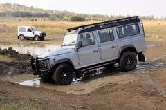 Srebny Land Rover obrońcy 110 SW na 4x4 kursie Obraz Stock