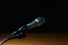 Srebny mikrofon i stojak Zdjęcia Royalty Free