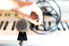 Srebny mikrofon na stojaka zbliżeniu fotografia stock