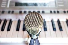 Srebny mikrofon na stojaka zbliżeniu zdjęcia royalty free