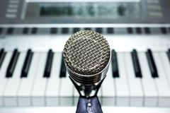 Srebny mikrofon na stojaka zbliżeniu obraz stock