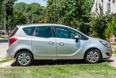 Srebny Opel Meriva samochód parkujący na ulicie obrazy stock