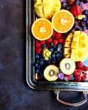 Srebny półmisek z mieszanką rżnięte egzotyczne cytrus owoc lubi pomarańcz, mango, kiwi i jagod odgórnego widok, Zdjęcia Stock