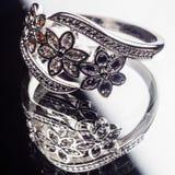 Srebny pierścionek dekorował z cennymi kamieniami szafiry, cyrkony, rubin Obraz Stock