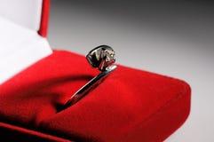 Srebny pierścionek w pudełku Zdjęcie Stock