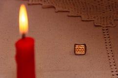 Srebny pierścionek i płonąca świeczka zdjęcia royalty free