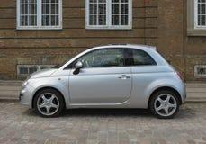 Srebny popielaty Fiat Nowy 500 samochód w Kopenhaga Obrazy Stock