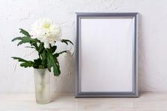 Srebny ramowy mockup z białą chryzantemą w szklanej wazie Obraz Stock